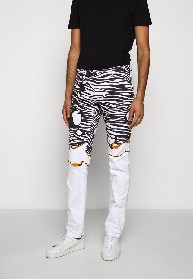PANTS POCKETS ZEBRA PRINT - Jeans Slim Fit - white