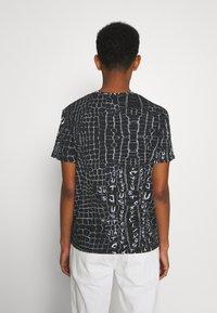 Just Cavalli - ANIMAL PRINT - T-shirt z nadrukiem - black - 2