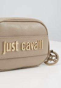 Just Cavalli - Taška spříčným popruhem - taupe - 6