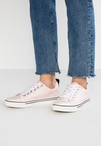 Juicy by Juicy Couture - CHRISTY - Sneaker low - baby pink/bleached bone - 0