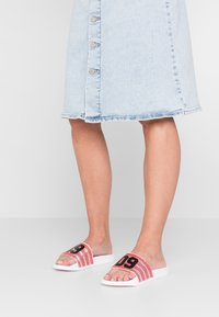 Juicy by Juicy Couture - MARISA - Pantolette flach - white/city rouge - 0