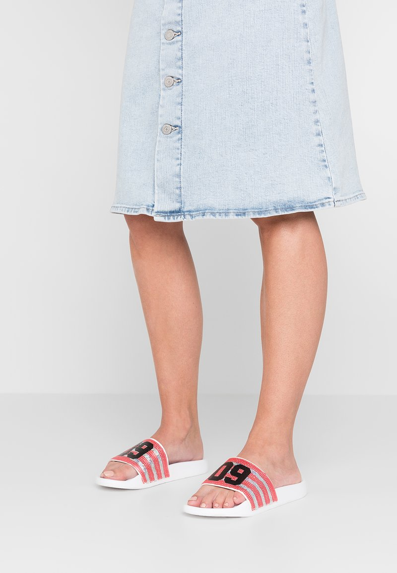 Juicy by Juicy Couture - MARISA - Pantolette flach - white/city rouge