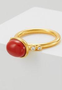 Julie Sandlau - POETRY RINGS - Ring - gold-coloured/red coral chrystal - 5