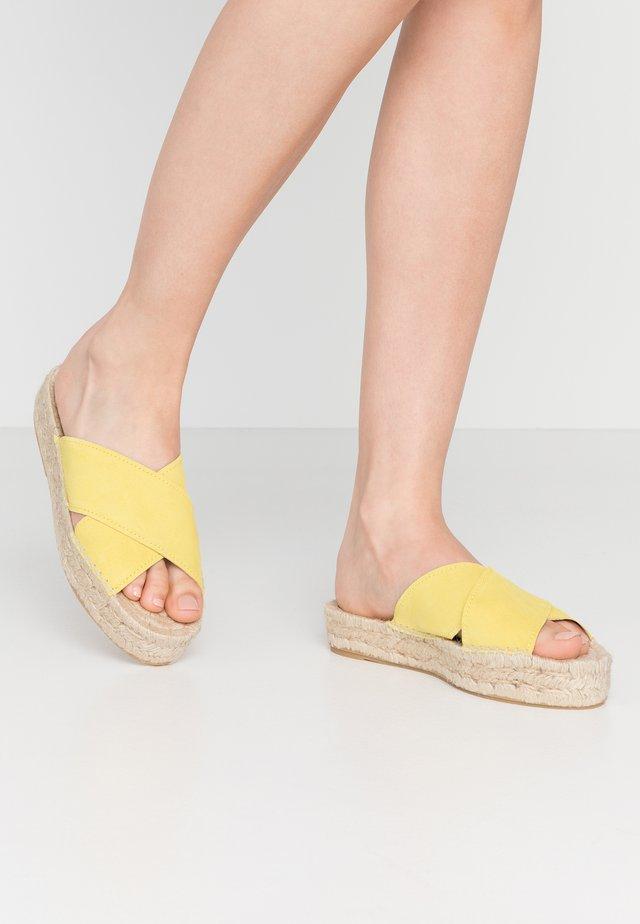 CROSSED FLAT PLATEAU - Sandaler - limone