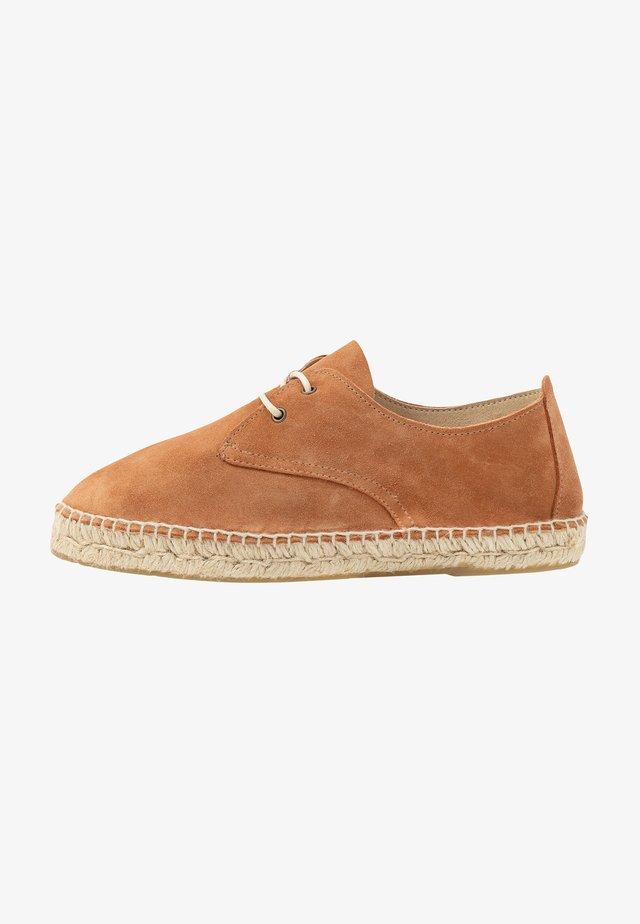CLASSIC AUTE - Loafers - camel