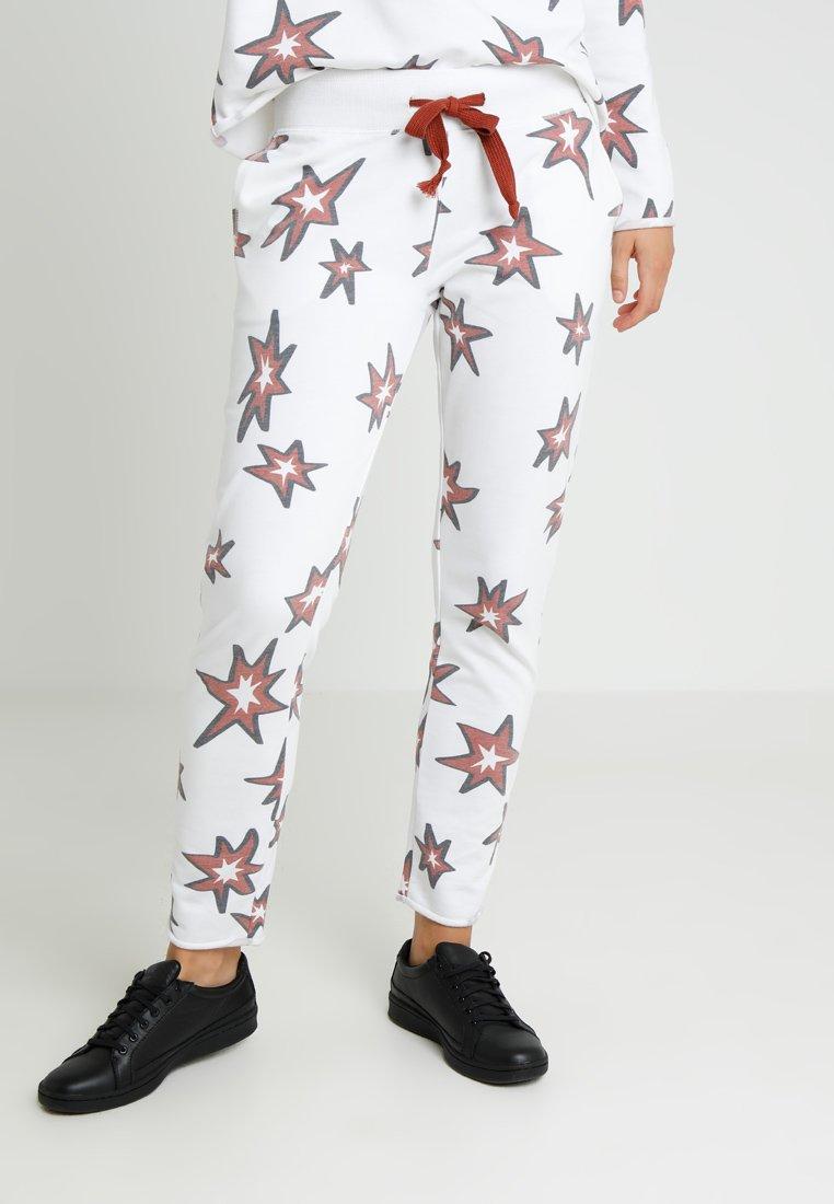 Juvia - STAR PRINT JOGGER - Jogginghose - white/brick