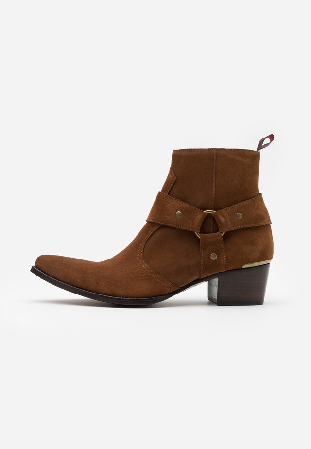SIXX WESTERN BUCKLE - Cowboy/biker ankle boot - chesnut