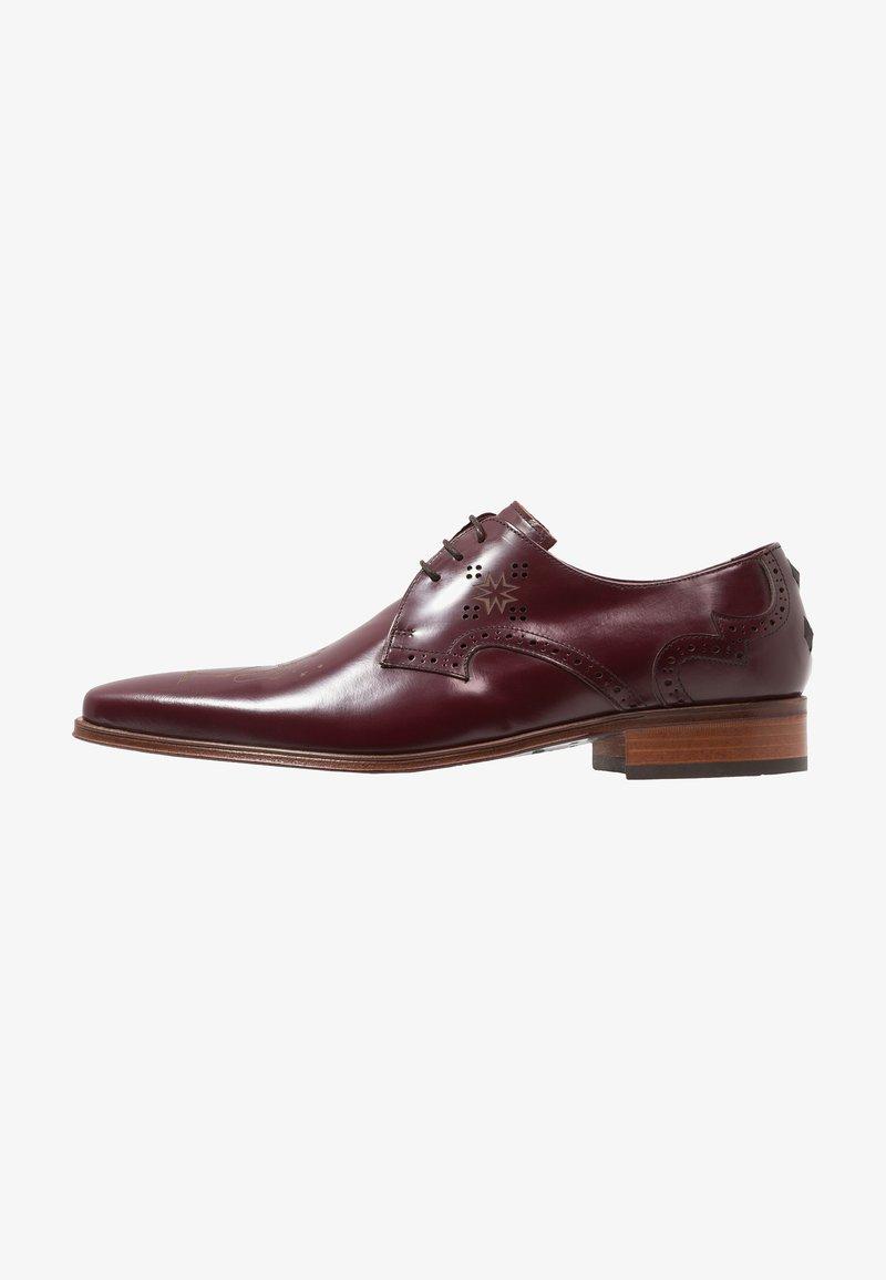 Jeffery West - YARDBIRD SKELETON SAX DERBY - Zapatos de vestir - red