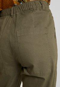 JDY - JDYCALLIE WORKER - Kalhoty - kalamata - 6