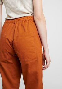 JDY - JDYCALLIE WORKER - Trousers - sugar almond - 3