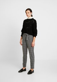 JDY - JDYPUCA BELT PANT - Bukse - dark grey melange/cloud dancer - 2