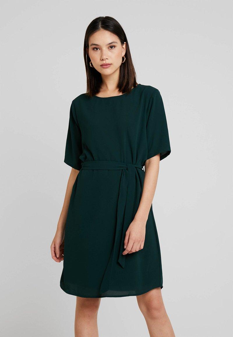JDY - 2/4 BELT DRESS WVN NOOS - Hverdagskjoler - scarab