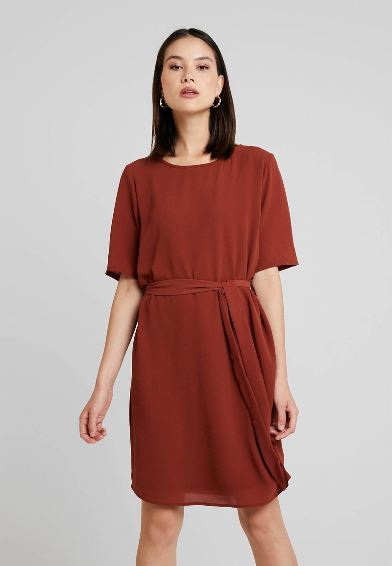 JDY - 2/4 BELT DRESS WVN NOOS - Freizeitkleid - dark red