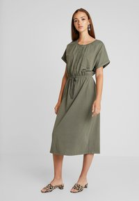 JDY - JDYPERNILLE DRESS - Žerzejové šaty - kalamata - 2