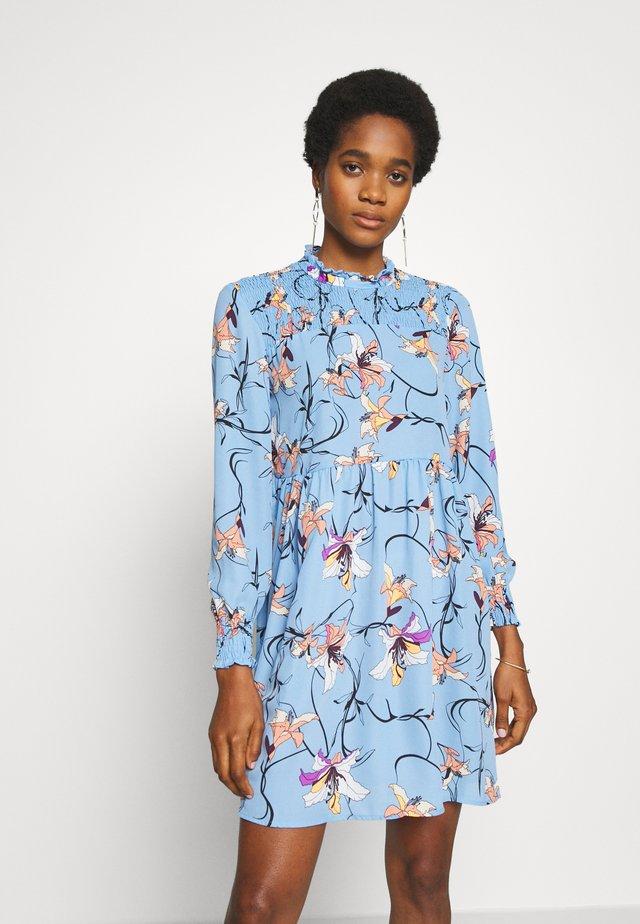 JDYNIKKY SMOCK DRESS - Vapaa-ajan mekko - blue bell/multi color
