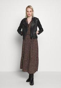 JDY - JDYRICCI DRESS - Robe longue - chicory coffee/leo - 1