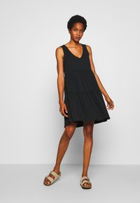 JDY - JDYFENNA LIFE V NECK DRESS - Robe en jersey - black - 1