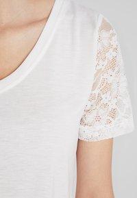 JDY - JDYKIM TREATS V-NECK 2 PACK - T-shirt med print - black/cloud dancer - 5