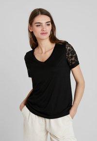 JDY - JDYKIM TREATS V-NECK 2 PACK - T-shirt med print - black/cloud dancer - 2