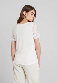 JDY - JDYKIM TREATS V-NECK 2 PACK - T-shirt med print - black/cloud dancer - 3
