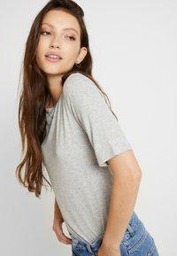 JDY - JDYCA MINI  - T-shirt med print - light grey melange - 3