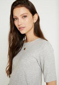 JDY - JDYCA MINI  - T-shirt med print - light grey melange - 5