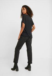 JDY - JDYAMANDA - T-shirt med print - black - 2