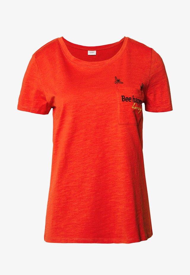 JDYCUTE LIFE PRINT POCKET - T-shirt med print - hot sauce