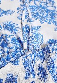 JDY - JDYSTARR LIFE STRAP SMOCK - Toppe - cloud dancer/princess blue flower - 2