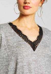 JDY - JDYCHOICE TREATS V-NECK - Jersey de punto - light grey melange/black - 4