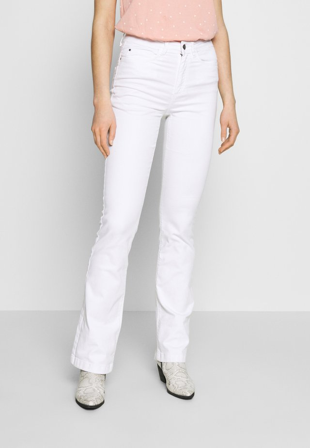 JDYTONIA LIFE HIGH PANT  - Flared jeans - white