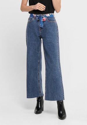 STRAIGHT FIT JEANS JDYSELMA WIDE ANKLE GÜRTEL - Flared Jeans - light blue denim