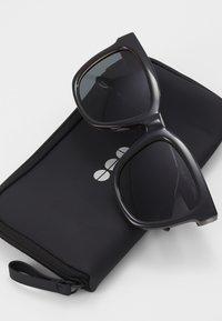 Komono - SUE - Sluneční brýle - black tortoise - 3