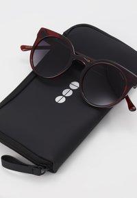 Komono - LULU - Sluneční brýle - burgundy - 3