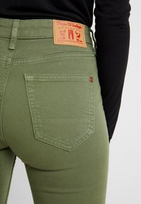 Kings Of Indigo - MARIE - Jeansy Dzwony - deep green twill - 5