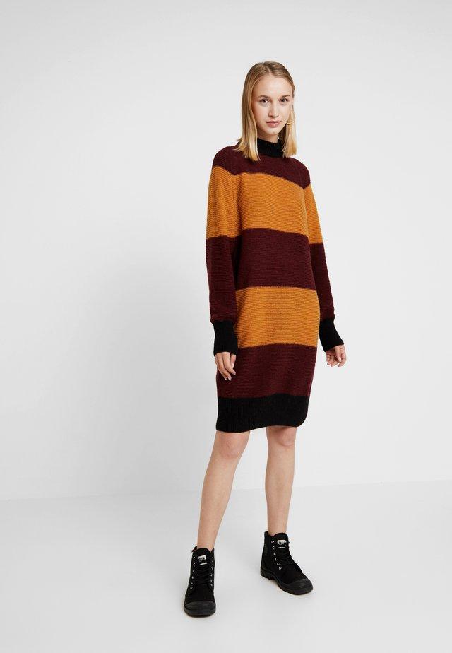 LORRAINE - Robe pull - bordeaux