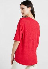 Kings Of Indigo - BILLIE - T-shirt basic - lipstick red - 2