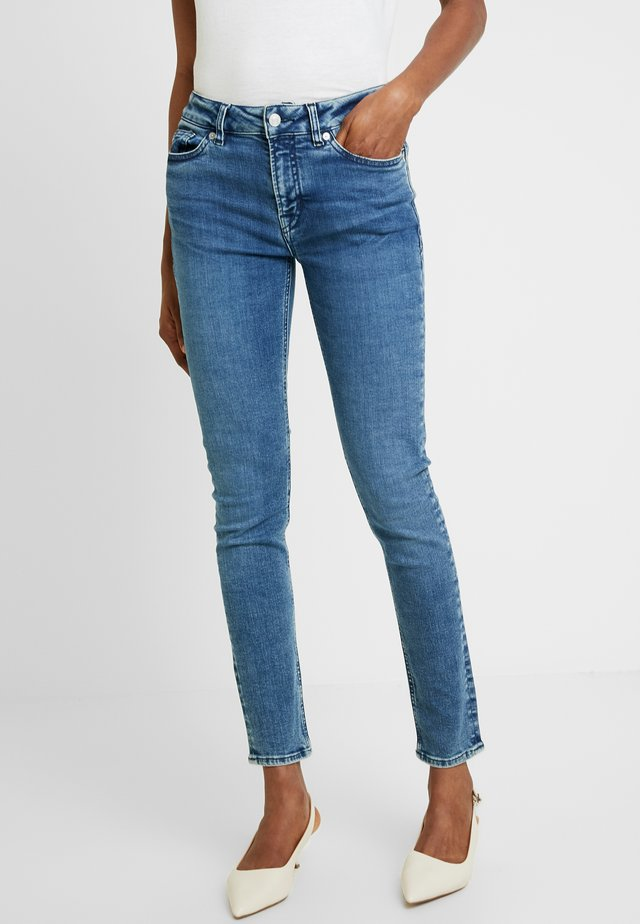 JUNO HIGH - Slim fit jeans - eco myla mid blue