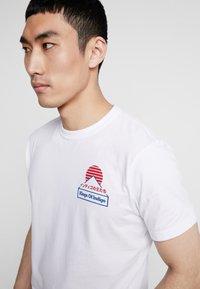 Kings Of Indigo - DARIUS - T-shirt z nadrukiem - white - 5