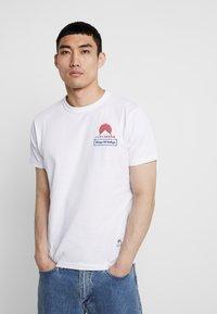 Kings Of Indigo - DARIUS - T-shirt z nadrukiem - white - 0