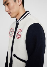Kings Of Indigo - KAIKA - Kurtka Bomber - navy off white - 3