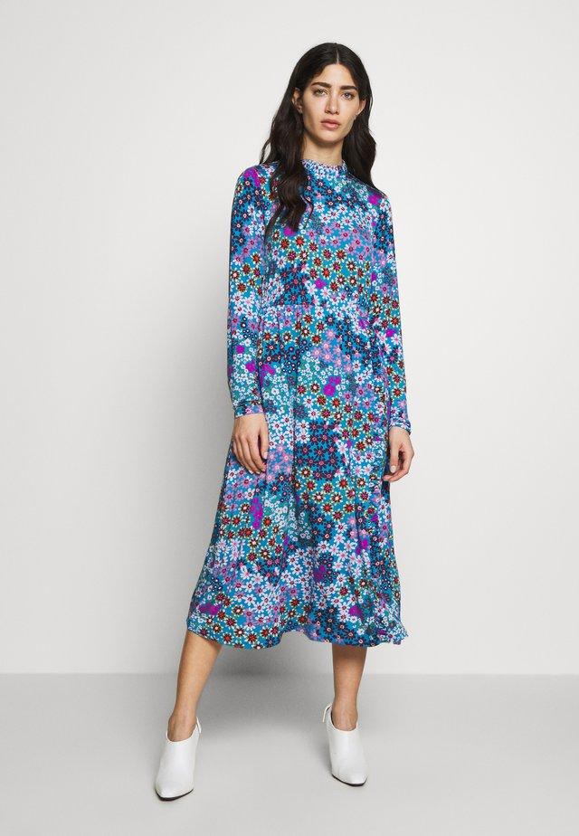 PACIFIC PETALS SMOCKED DRESS - Jerseykleid - aruba blue