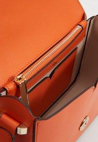 kate spade new york - NICOLA SMALL FLAP SHOULDER - Torba na ramię - juicy orange - 4