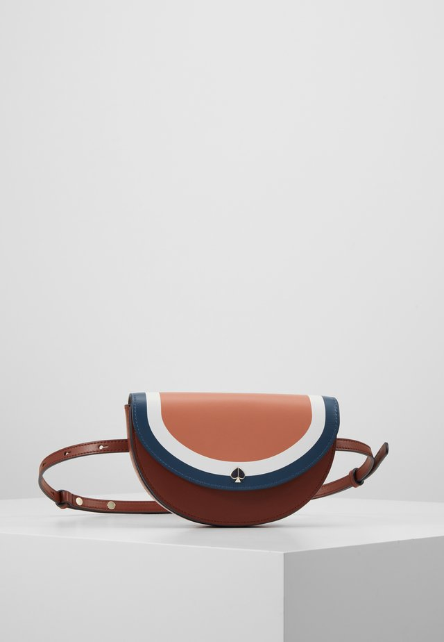 ANDI STRIPE SMALL HALF MOON BELT BAG - Ledvinka - tawny multi