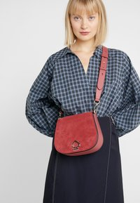 kate spade new york - LARGE SADDLE BAG - Torba na ramię - rosewood - 1