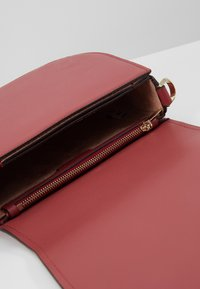 kate spade new york - LARGE SADDLE BAG - Torba na ramię - rosewood - 4