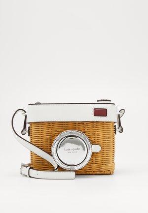 ROSE 3D CAMERA WICKER BAG - Taška spříčným popruhem - optic white