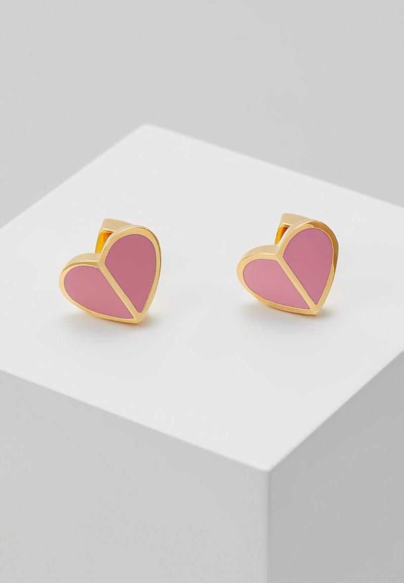 kate spade new york - HERITAGE SPADE SMALL HEART STUDS - Kolczyki - rococo pink