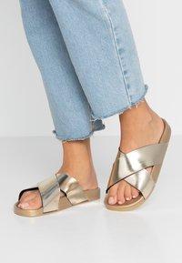 Kaltur - Pantofle - gold - 0