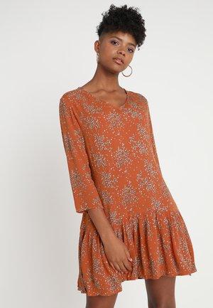 CALASH - Korte jurk - brick